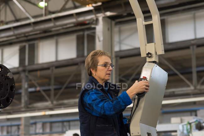 Máquina operadora de técnico femenino en la industria metalúrgica - foto de stock