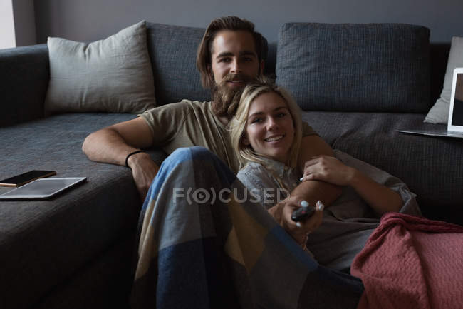 Couple watching television in living room at home — Stock Photo