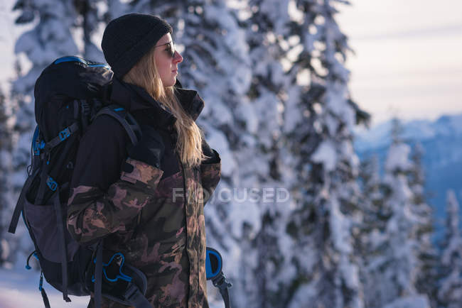 Side view of woman with backpack looking at view — Stock Photo