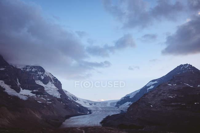 Hermosa montaña cubierta de nieve en un día soleado, parque nacional Banff - foto de stock