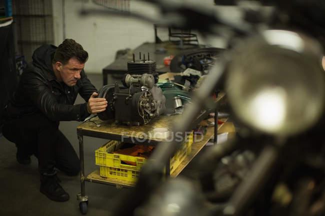 Механік ремонт двигуна мотоцикл в гаражі — стокове фото