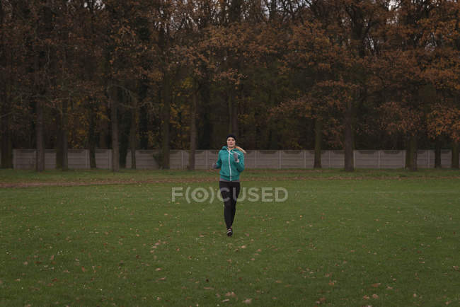 Young woman jogging in the park — Stock Photo