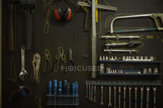 Nahaufnahme der verschiedenen Werkzeuge in garage — Stockfoto