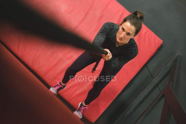 М'язова жінка скелелазіння стіну з мотузкою в тренажерний зал — стокове фото