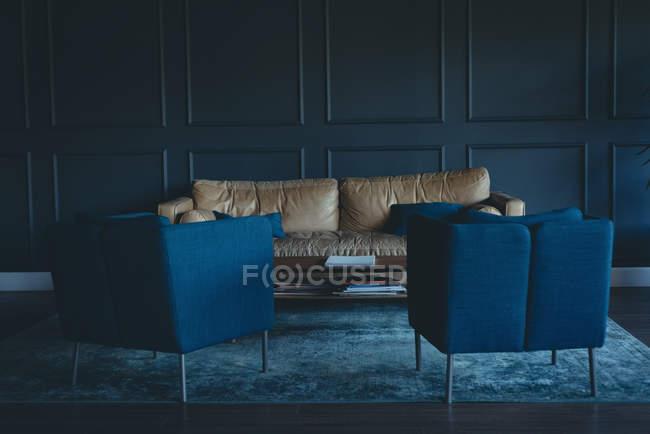 Divano e sedie vuoti in ufficio — Foto stock