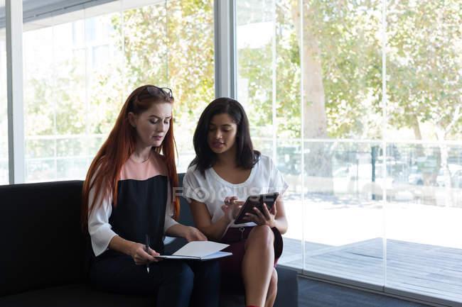 Femmes cadres interagissent entre eux dans le Bureau — Photo de stock