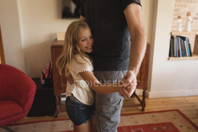 Padre e figlia che ballano insieme nel salotto a casa — Foto stock
