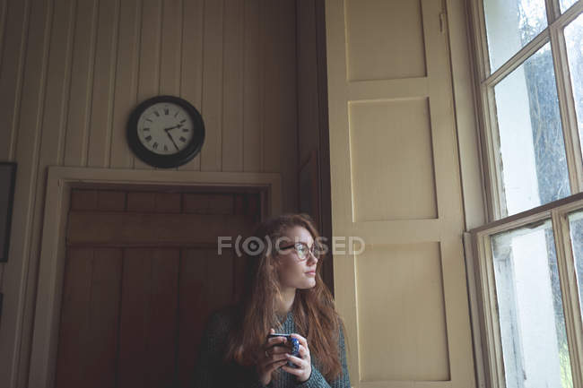Продуманий одна жінка чорної кави в домашніх умовах — стокове фото