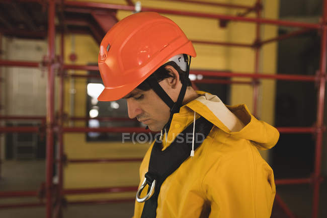 Young male worker wearing hard hat at solar station — Stock Photo