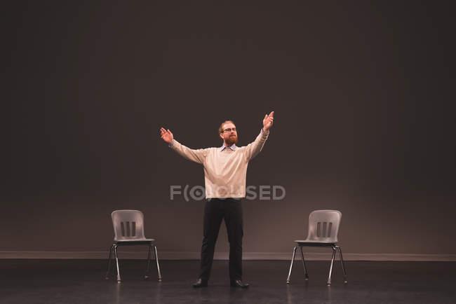 Мужскую репетиции на сцене в театре — стоковое фото