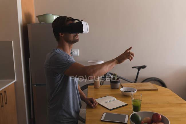Людина використовує заголовки віртуальної реальності вдома. — стокове фото