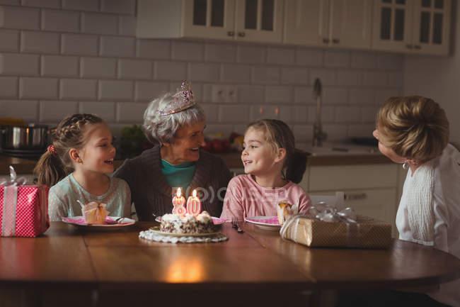 Бабушка празднует свой день рождения с семьей дома — стоковое фото