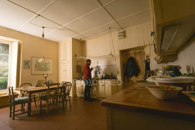 Вдумчивый человек пьет кофе дома — стоковое фото