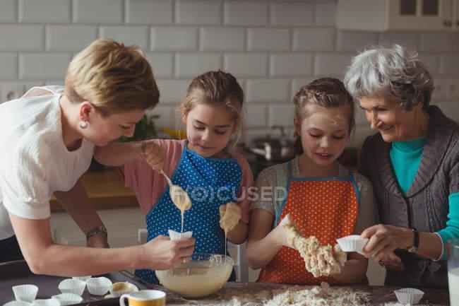 Mehr-Generationen-Familie Cupcake in Küche zu Hause vorbereiten — Stockfoto