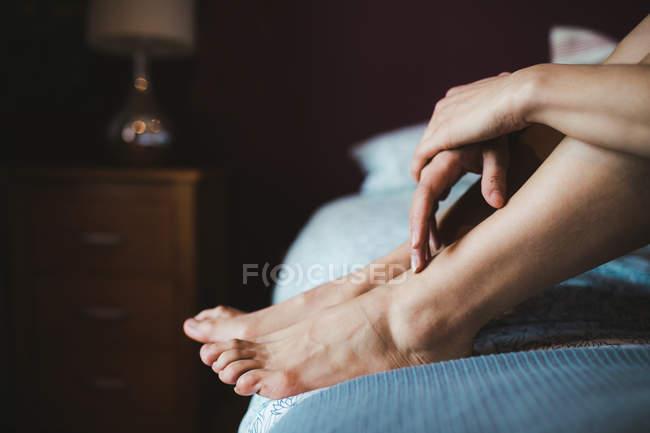 Женщина, расслабляющий на кровати в спальне дома — стоковое фото