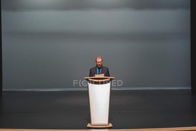 Homem praticando o seu discurso no palco no teatro — Fotografia de Stock
