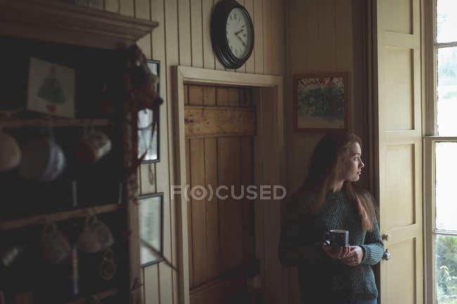 Nachdenkliche Frau bei schwarzem Kaffee zu Hause — Stockfoto