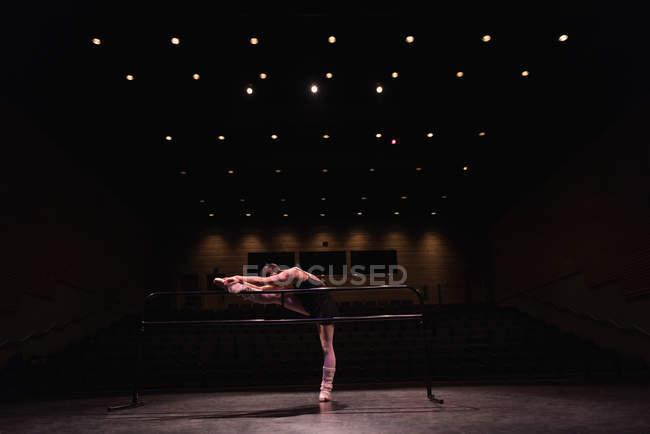 Балерина танцует на сцене в театре — стоковое фото