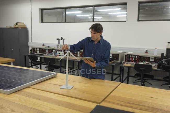 Attentive male worker using digital tablet in office - foto de stock