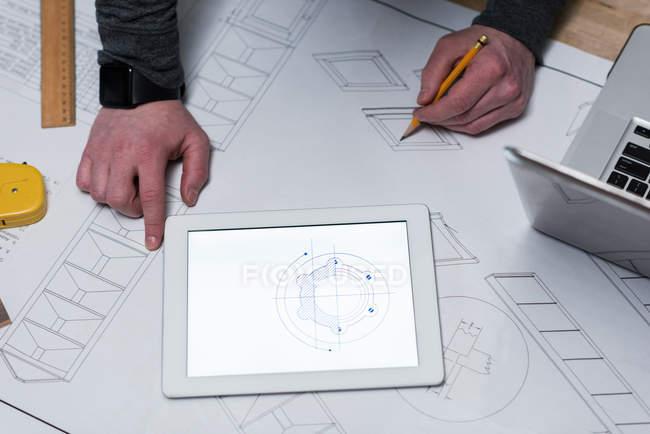 Menuisier masculin dessinant une carte sur papier à cartes à l'atelier — Photo de stock