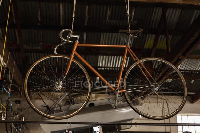 Гоночних велосипедів висить в майстерні — стокове фото
