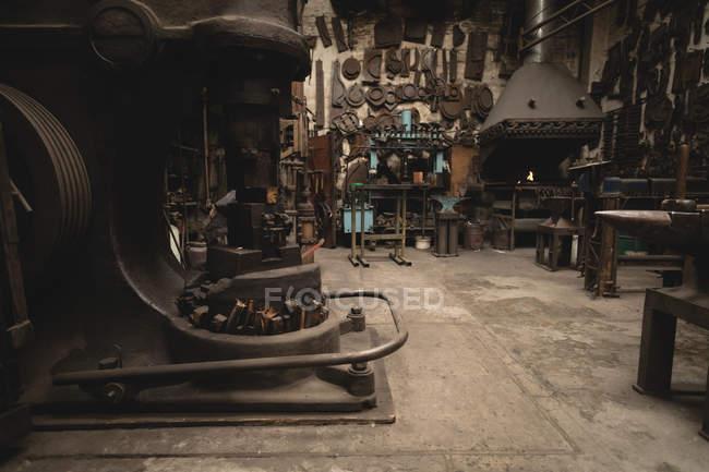 Різні машини і інструменти в майстерні — стокове фото