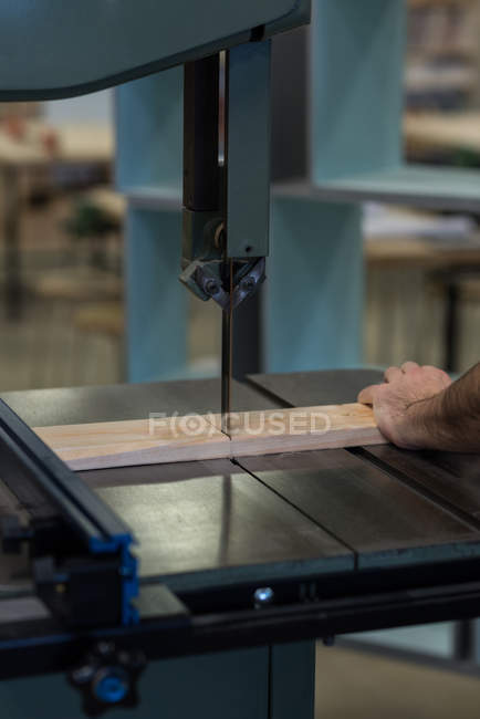Male carpenter using vertical cutter machine at workshop — Stock Photo