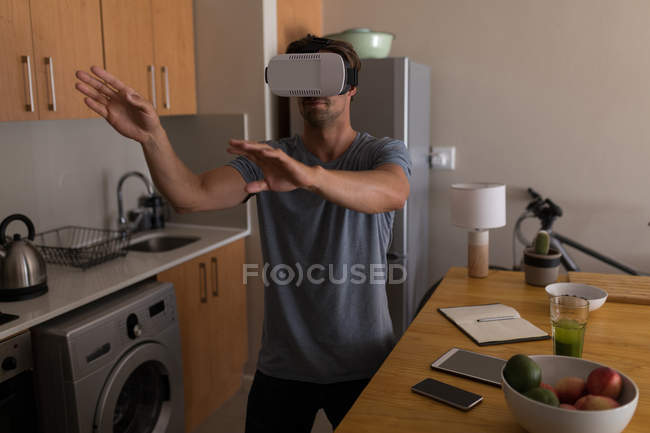 Man using virtual reality headset at home — Stock Photo