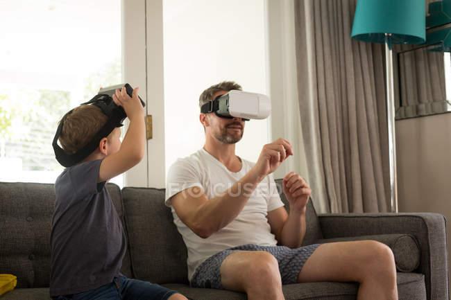 Pai e filho usando tablet digital na sala de estar em casa — Fotografia de Stock