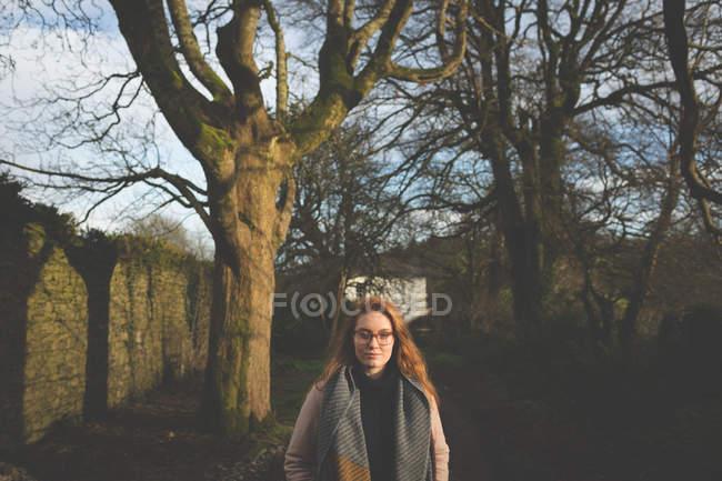 Mujer caminando en un día soleado en el campo - foto de stock