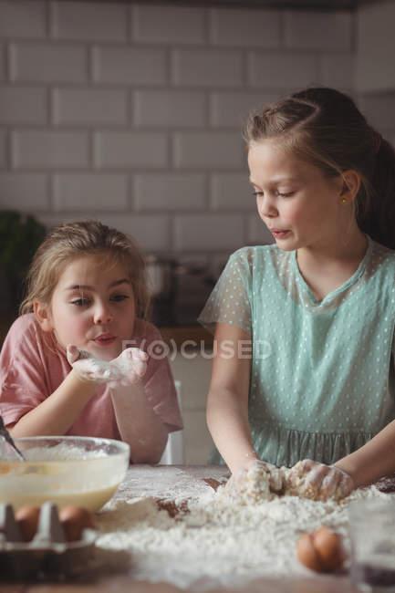 Irmãos preparando cupcake na cozinha em casa — Fotografia de Stock