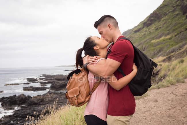 Romántica pareja besándose en el campo - foto de stock