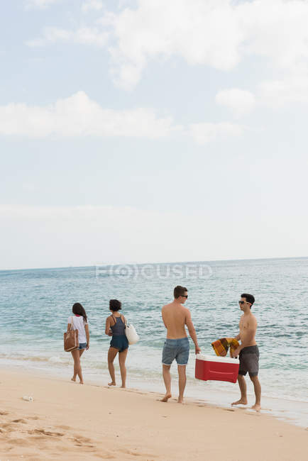 Чоловічий друзів, продовжуючи сонячний день на пляжі esky — стокове фото