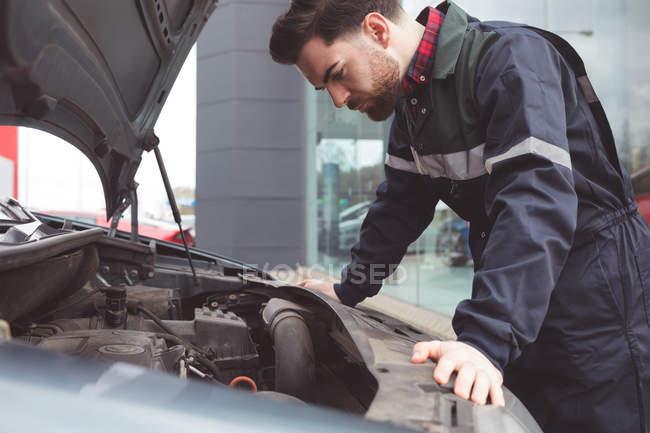 Чоловічий механік обслуговування автомобіля на ремонт гаража — стокове фото