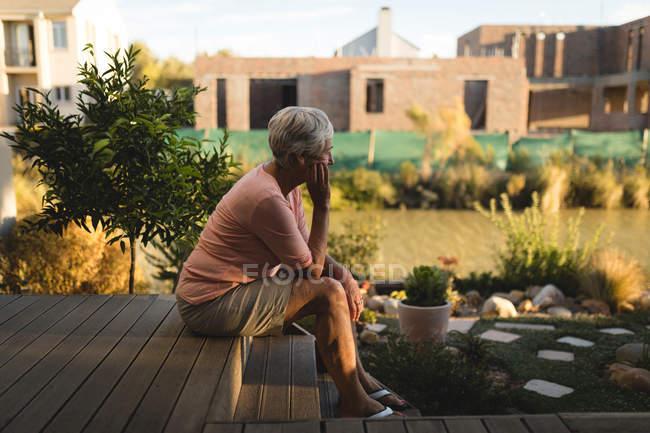 Nachdenklicher senior Mann Entspannung in der Veranda — Stockfoto
