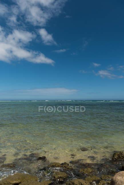 Красивый морской горизонт в Солнечный день — стоковое фото