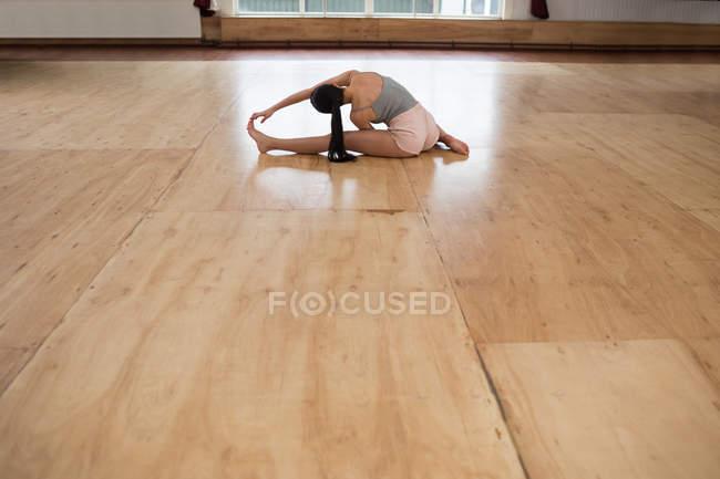 Молодая танцовщица занимается в танцевальной студии — стоковое фото