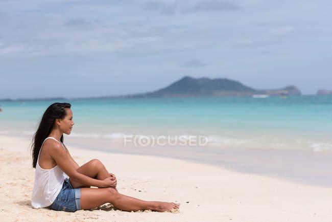 Молода жінка відпочинку на пляжі — стокове фото