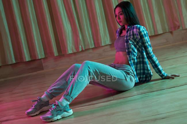 Ragionevole ballerina che si rilassa in studio di danza — Foto stock