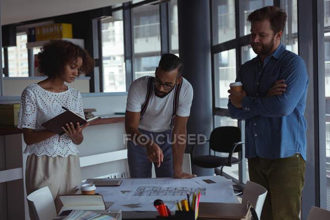 Architetti che discutono del progetto in ufficio — Foto stock