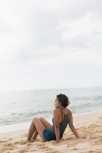 Woman relaxing in the beach on a sunny day — Stock Photo