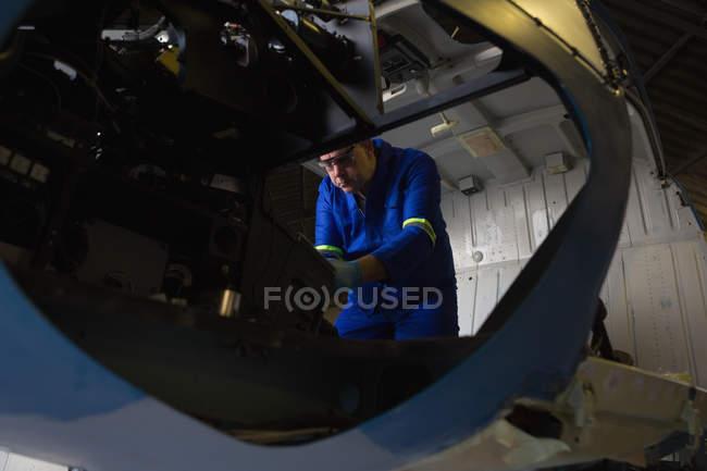 Інженер вивчення кабіни в aerospace вішалки — стокове фото