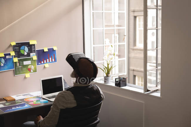 Senior graphic designer using virtual reality headset in office — Stock Photo