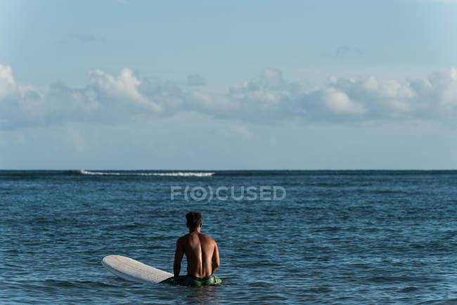 Чоловічий серфер, серфінг з дошки для серфінгу в море на сонячний день — стокове фото