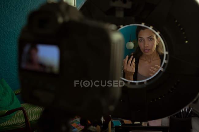 Belle blogueuse vidéo enregistrement vidéo vlog à la maison — Photo de stock