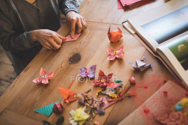 Mulher preparando um ofício de papel em casa — Fotografia de Stock
