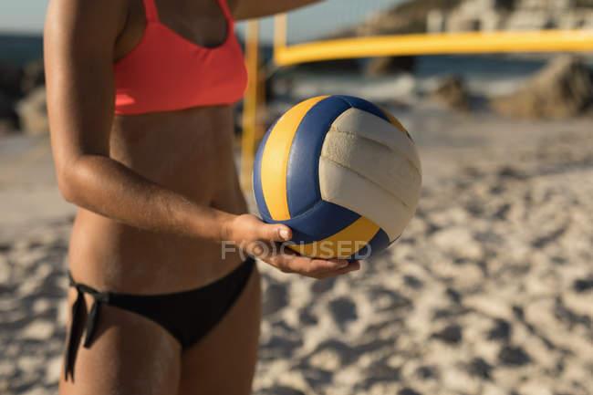 Гравця жіночий волейбол гри у футбол на пляжі — стокове фото