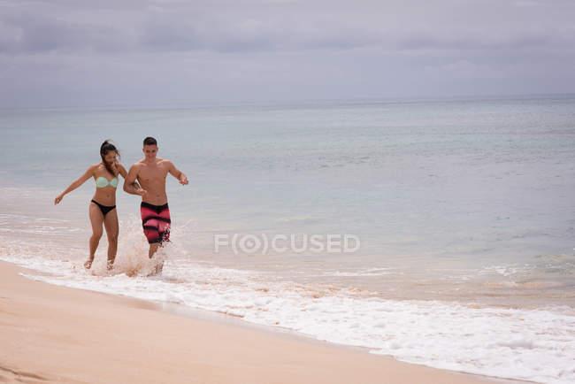 Пара з задоволенням в пляжу сонячний день — стокове фото