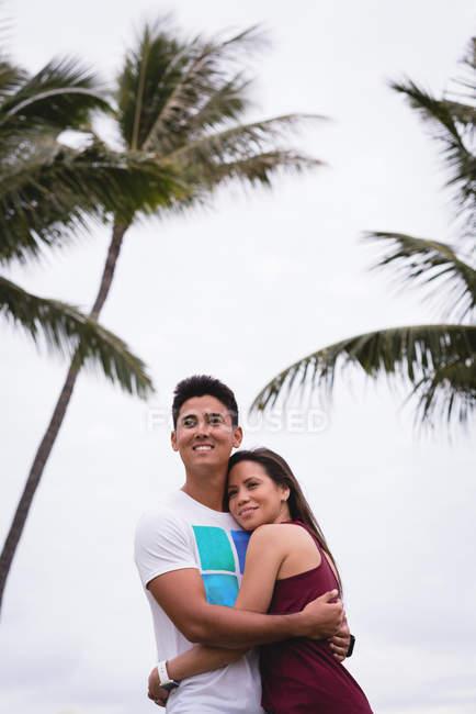 Романтична пара, підтримуючи один одного на пляжі — стокове фото