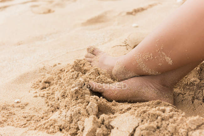 Partie basse de la femme se détendre à la plage — Photo de stock